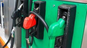 Sujeto carga gasolina... huye sin pagar y arranca la manguera de la bomba en Tenosique