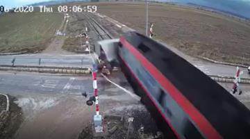 Tren arrolla a un camión que intenta ganarle el paso en Turquía
