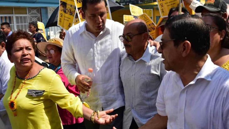 Militantes del PRD se inconforman con presencia de Agustín Silva durante marcha contra la CFE