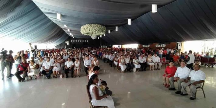 Se casan 101 parejas en boda colectiva en Centro