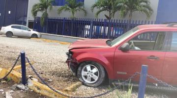 Conductor pierde el control de su camioneta y se lleva una cerca en Río Viejo