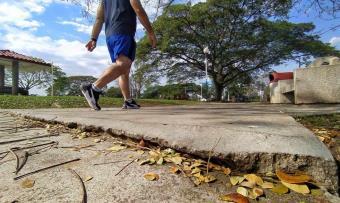 Andador deteriorado del parque La Choca pone en riesgo a corredores