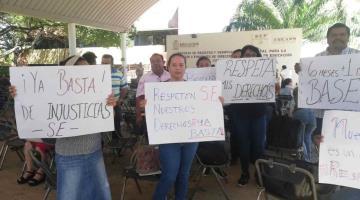 Se manifiestan maestros de secundaria ante SETAB; acusan el recorte de su antigüedad