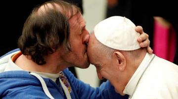 Hombre sorprende al Papa Francisco con un beso en la frente