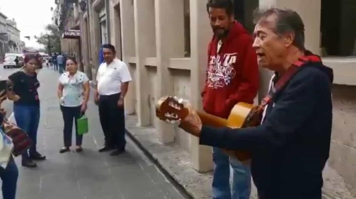 Napoleón interpreta ´Vive´ en calles de Morelia