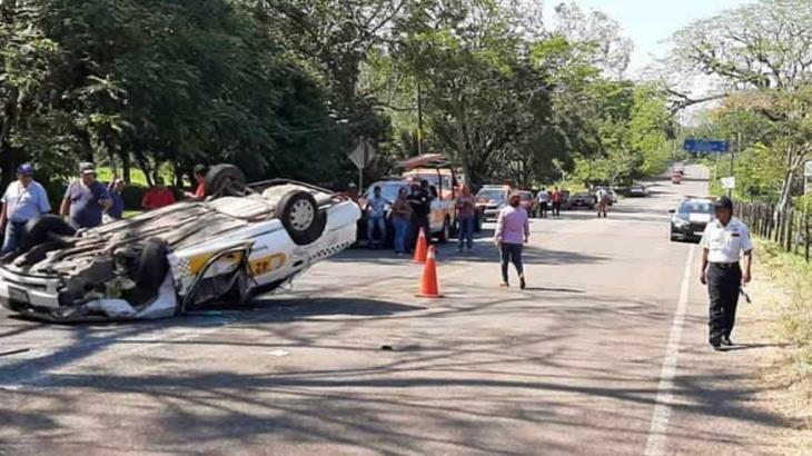 3 lesionados deja volcadura de un taxi tras choque en la carretera Teapa-Tacotalpa