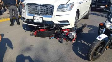 Atropella camioneta a motociclista, huye y lo detienen frente al parque Tabasco