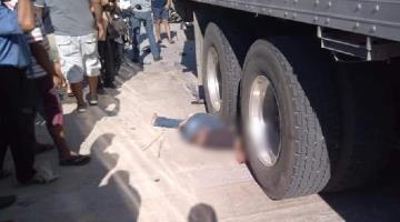 Mata trailer a motociclista en Centla; la pesada unidad se habría pasado un alto