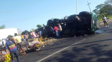 Vuelcan dos tráileres en Tabasco y personas se roban mercancía