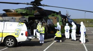 Traslada Francia en helicópteros militares a pacientes con coronavirus a Alemania
