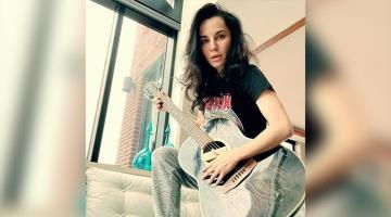 #TabasqueñosEnRedes Martha Higareda aprovecha la cuarentena para aprender a tocar la guitarra