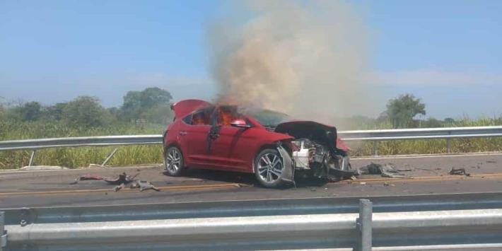 Queman auto en la carretera Cárdenas-Coatzacoalcos