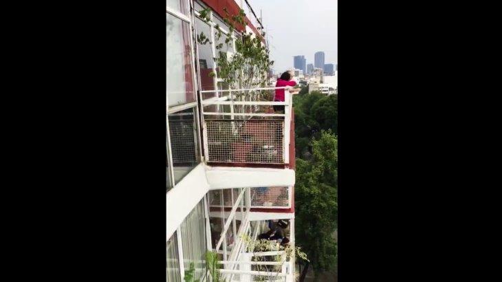 Poeta mexicano le lee a sus vecinos desde el confinamiento