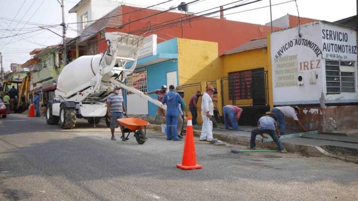Invierte ayuntamiento de Centro 6 mdp para reconstrucción de banquetas en la colonia Gil y Sáenz
