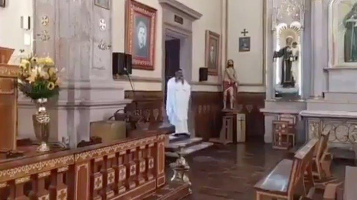 El Papa Francisco sorprende a sacerdote mexicano con llamada en plena misa
