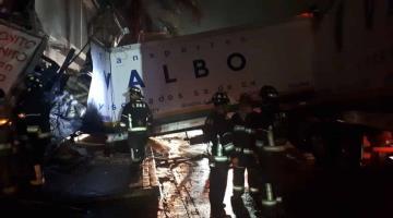 Tráiler se impacta contra locales y se incendia la madrugada de hoy en la Ciudad de México
