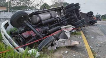 Tráiler sufre volcadura en Frontera; impacto deja tres lesionados