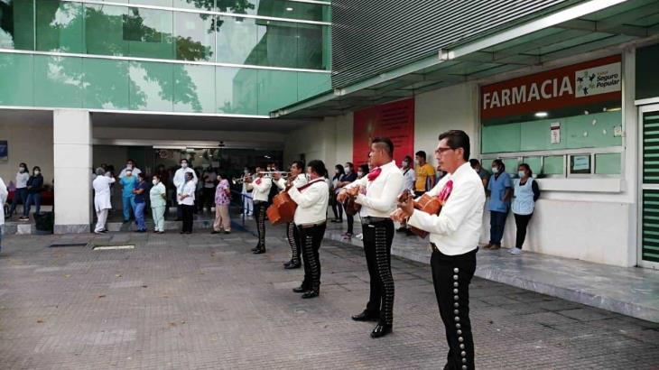 Alumnos de primaria llevan mariachis al personal del hospital covid en Comalcalco