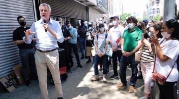Alcalde de Nueva York aplaza inicio de clases presenciales debido a la escasez de personal y suministros