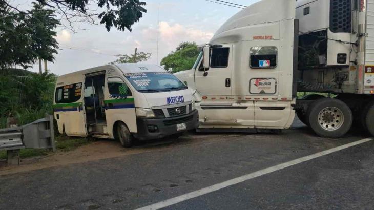Se impacta tráiler contra combi en la carretera Cárdenas-Villahermosa; no hubo lesionados