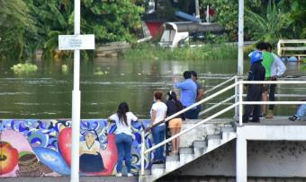 Curiosos se asoman a documentar el alto nivel de aguas del Grijalva