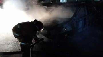 Bomberos sofocan incendio de un vehículo en la Villahermosa-Frontera