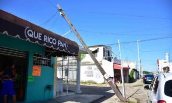 A medio caer se encuentra un poste de teléfonos en Av. Ramón Mendoza