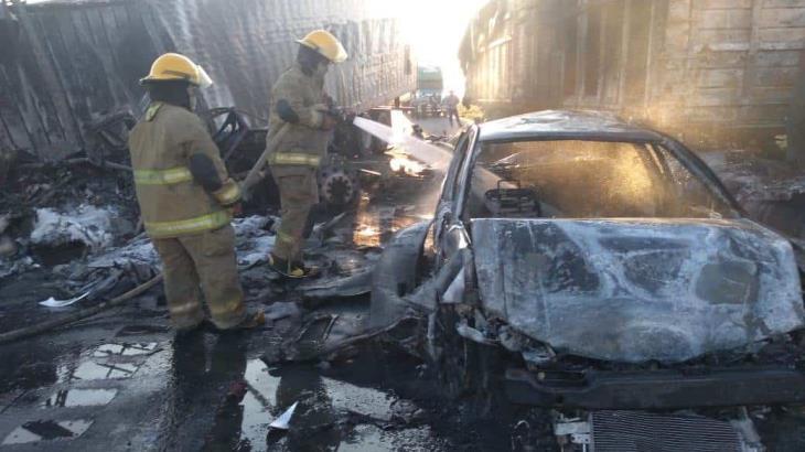 Chocan 2 tráilers y un auto en la carretera Cárdenas-Coatzacoalcos