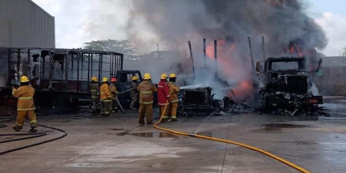 Se incendian tres camiones con artículos perecederos en Parque Industrial