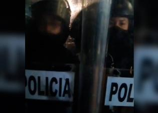 Colectivos se manifiestan contra extinción de fideicomisos; son encapsulados por la policía en la CDMX