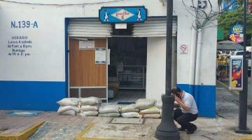 Comercios del centro de Villahermosa guardan mercancías y colocan costales, ante temor de que desborde el río Grijalva