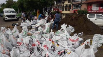 Vecinos del fraccionamiento Carrizal refuerzan costalera para evitar afectaciones en sus viviendas, tras anuncio de frente frío 13