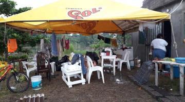 Familias de Río viejo acampan a orillas de carretera; sus casas permanecen inundadas