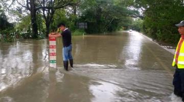 Reportan formación de dos vados en la carretera Villahermosa-Teapa; no hay paso a vehículos compactos