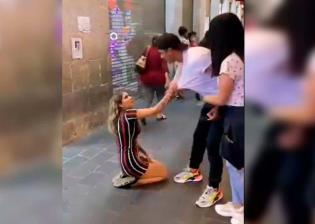 Mujer se arrodilla para su que ex pareja vuelva con ella; video se hace viral