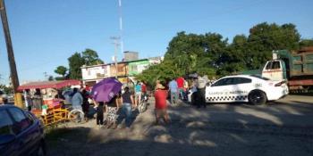 Pobladores bloquean la vía Cárdenas-Comalcalco, exigen reubicación del drenaje que los inunda de aguas negras