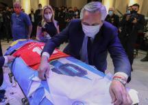 Entre enfrentamientos de policías con hinchas, polémica y un funeral íntimo, así se va Maradona