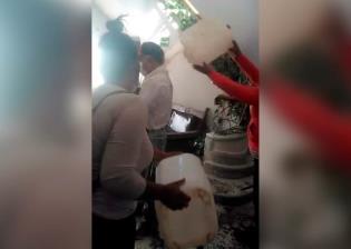 Ganaderos de Chihuahua bañan con leche al delegado de Liconsa, lo acusan de adeudar recursos para proyectos