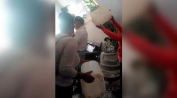 Ganaderos de Chihuahua bañan con leche al delegado de Liconsa; lo acusan de adeudar recursos