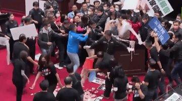 Legisladores de Taiwán lanzan tripas de cerdo durante protesta por reducción de restricciones a importación de carne de EU