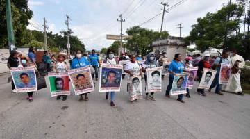 Padres de los 43 normalistas toman caseta del Sol; exigieron investigar a Cienfuegos