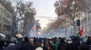 Miles protestan en Francia contra la ley de seguridad de Emmanuel Macron