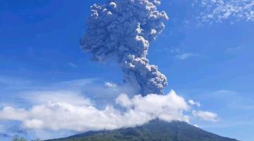 Volcán Lewotolok en Indonesia, lanza columna de ceniza de 4 mil metros