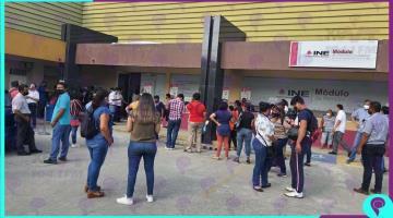 Saturan módulos del INE en último día de plazo para renovar credencial de elector