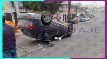 Automovilista se pasa el alto y vuelca en Centro de Villahermosa; choque deja solo daños materiales