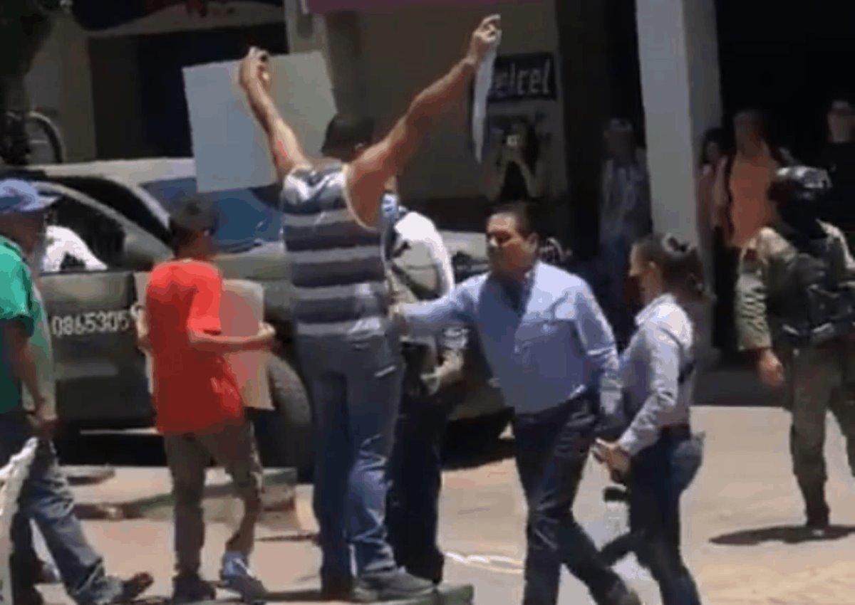 Captan a Silvano Aureoles gobernador de Michoacán, agrediendo a una persona  que se manifiesta