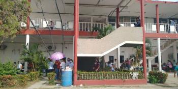 Trabajadores del ayuntamiento en Macuspana protestan por falta de pago de uniformes