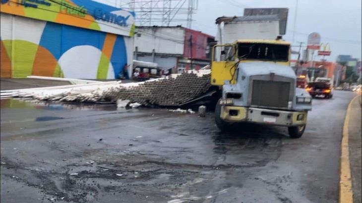 Vuelca tráiler cargado con tubos en la avenida Ruiz Cortines en Villahermosa y provoca un terrible caos vial