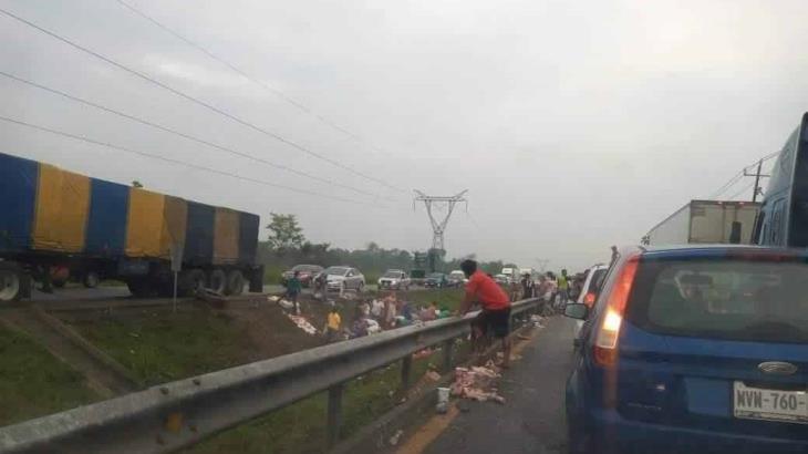Saquean trailer volcado cargado con yogurt en la Villahermosa-Cardenas